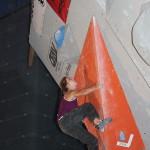 Katharina Bacher bei einem kräftsraubenden Boulder