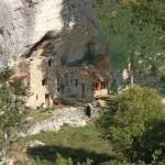 Maison_a_terre_construite_dans_un_abri_sous_roche_a_Buoux