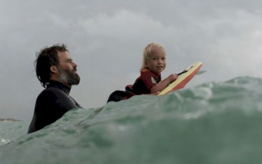 Diese südafrikanische Surfer-Familie lebt abseits der Konventionen: Ian, früherer Big Wave Surfer, shapt Surfbretter, ist der Ernährer und vor allem Vater.