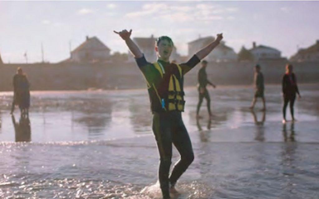 Dean liebt drei Dinge: Wellen, ein gutes Frühstück und die Queen of Rap, Rihanna. Und wie jeder Teenager, der das Surfen für sich entdeckt hat, ....