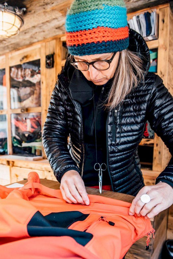 Ein maßgeschneiderter Anhänger aus Holz wird wieder Ziele in Frankreich, der Schweiz, Österreich, Deutschland und Italien besuchen. Er bietet Skifahrern und Snowboardern kostenlose Reparaturen für kaputte Reißverschlüsse, Risse sowie Knöpfe und bringt ihnen bei, wie sie ihre eigene Ausrüstung ins Stand halten und reparieren können.