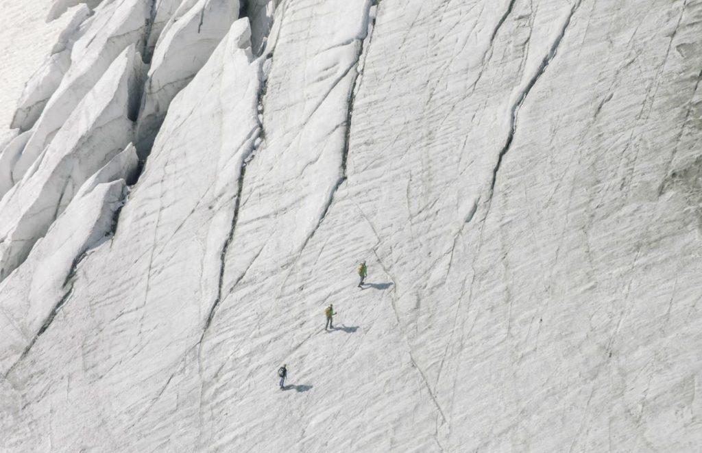 Während Sigi Hatzer vom Defreggerhaus über die Südroute zu seiner tausendsten Besteigung aufbricht, nähern sich zwei weitere Seilschaften dem Gipfel. Es sind Freunde von Sigi, die ihn zu seinem Jubiläum auf 3.657 Meter Höhe überraschen wollen. Der Nationalparkranger Emanuel Egger startet mit seiner Seilschaft vom Gschlösstal in Osttirol, einem der unberührtesten Talschlüsse der Alpen.