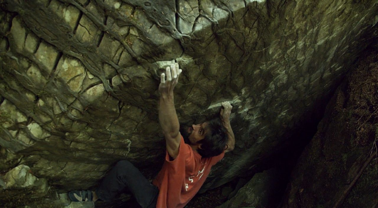 Niky Ceria bouldert im Kandersteg