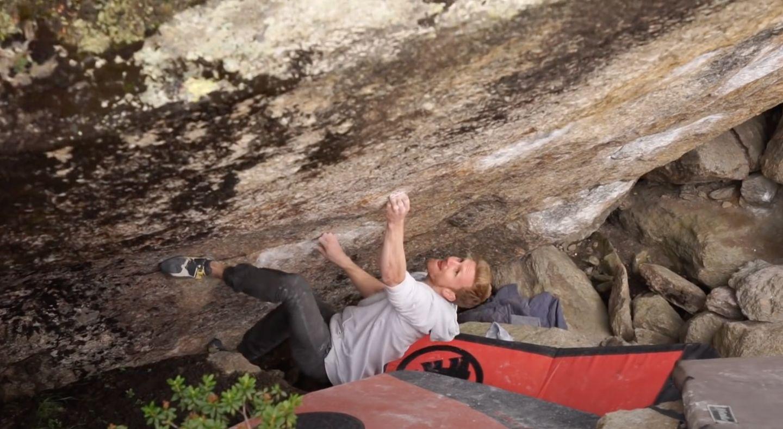 Jakob Schubert bouldert memento [8b] im Silvapark
