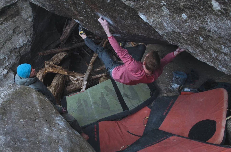 Jakob Schubert klettert Casavino [8B+] im Tessin