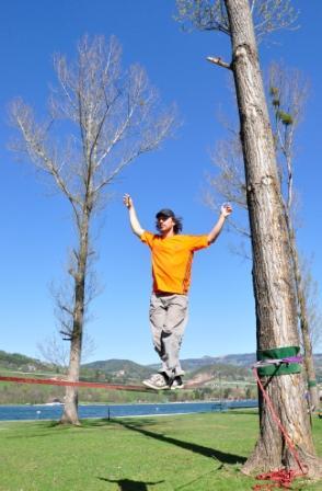"""Slackline-der neue  Freizeitsport für Geschicklichkeit und Balance, balancieren auf Seilen die zwischen Bäumen gespannt werden, im Bild der Profi Slackliner Reini Kleindl aus Graz bei den """"Days of Distance"""" am Stubenbergsee"""