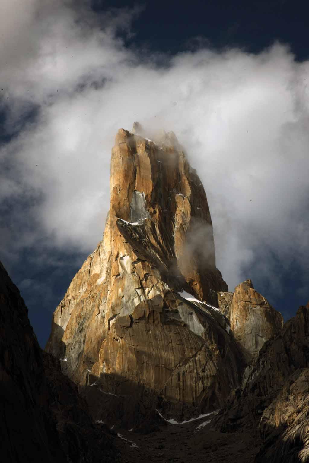 Die Westwand des Nameless Tower. Die Eternal Flame verläuft direkt an der Kante des Südpfeilers, der das rechte Profil des Turmes zeigt.