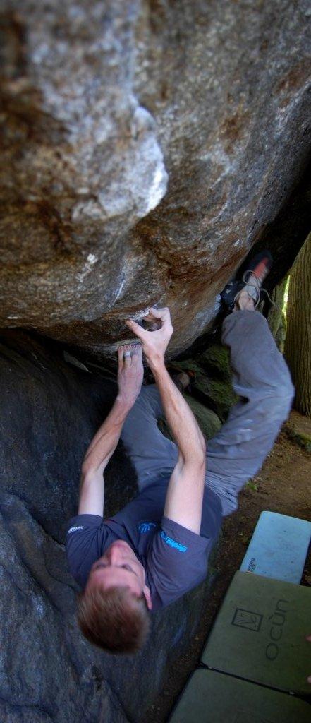 Thomas Knoche klettert einen 8a+ Boulder