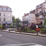 704px-Square_in_Fontainebleau_Town_Centre